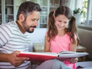 Vader en dochter bekijken fotoboek