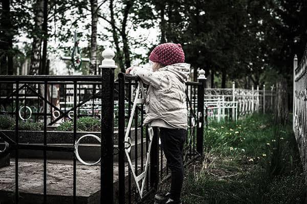 Kind op begraafplaats