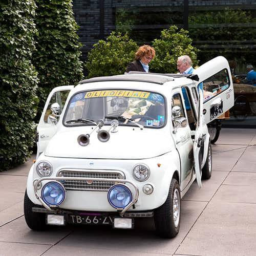 De Fiat 500 blijkt zich ook voor een uitvaart te lenen