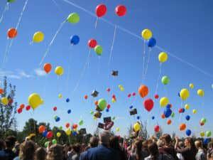 Gekleurde ballonnen bij de LEGO uitvaart