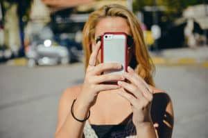 Jongedame maakt selfie