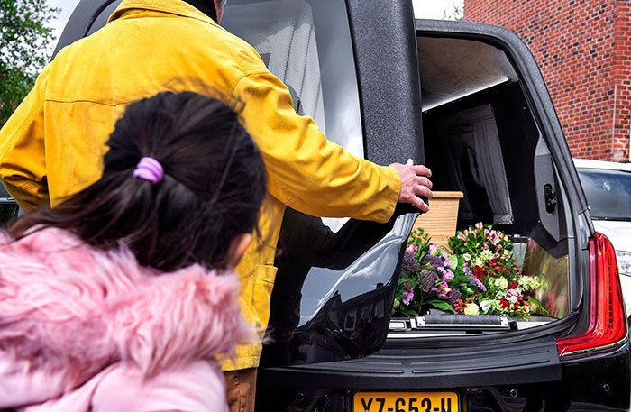 Kleindochter werpt nog één blik op de kist met haar opa - Foto: Klaas Jan van der Weij