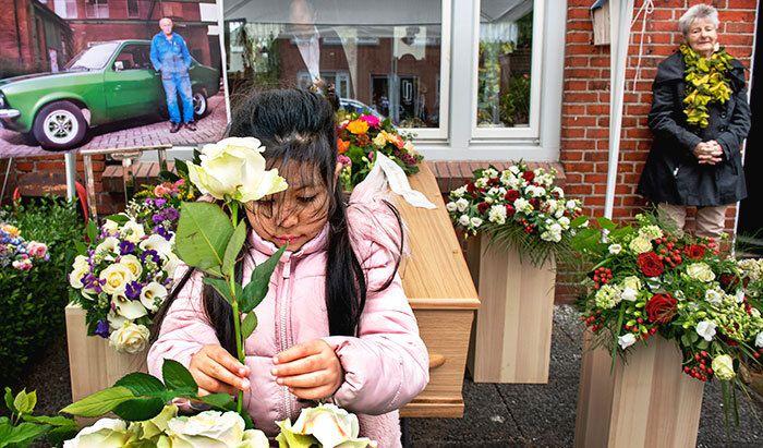 Kleindochter bij het afscheid van haar opa - Foto: Klaas Jan van der Weij