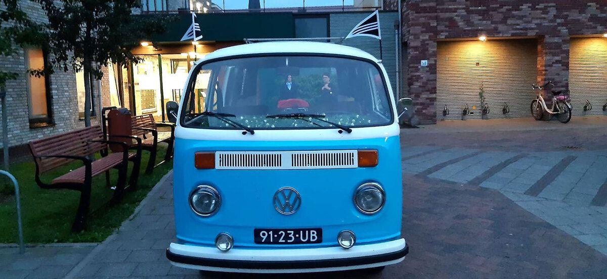 Met de Volkswagen rouwbus - KlassiekeRouwautos.nl