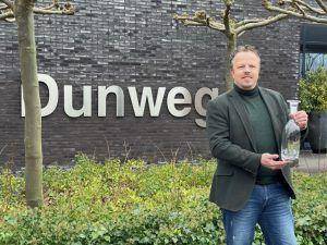 Alexander van der Pijl ontvangt cadeau van gemeente Haarlemmermeer