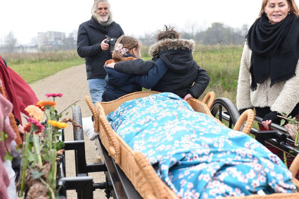 Overleden in rouwdoek gewikkeld - Afscheid Natuurbegraafplaats Geestmerloo