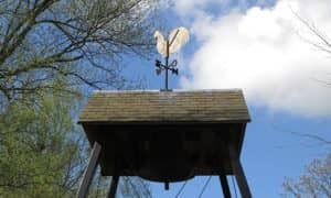 Klok en haan van de klokkenstoel zijn afkomstig uit de Grote Kerk te Halfweg