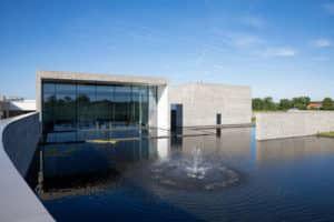 De grote aula met uitzicht op het water met de fontein